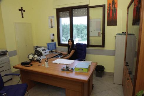 una donna seduta alla scrivania