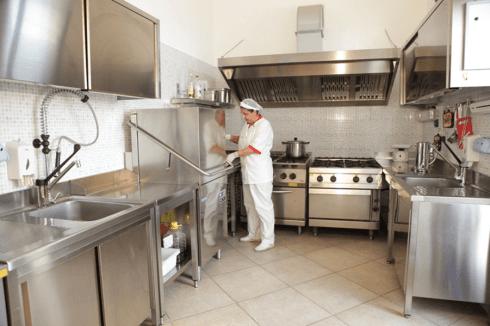 un inserviente con una cuffia in cucina