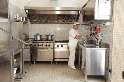 una donna con un'uniforme bianca in una cucina