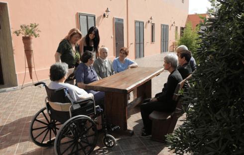 delle persone anziane sedute al tavolo