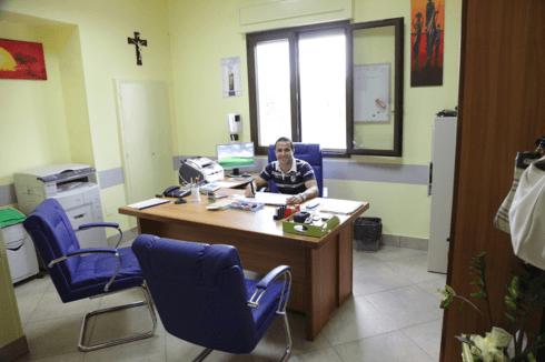 un uomo seduto alla scrivania in un ufficio