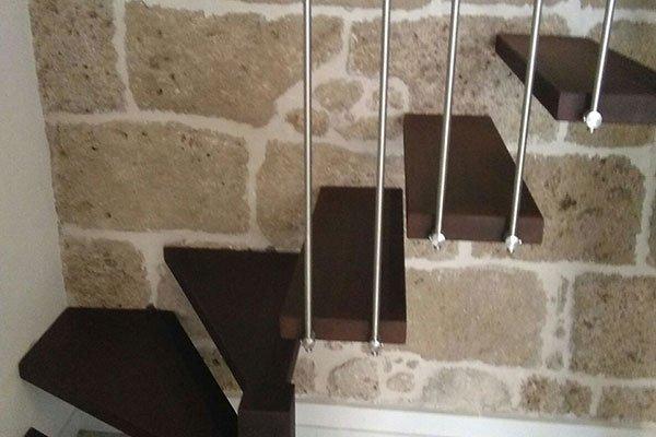 vista dei gradini in legno di una scala