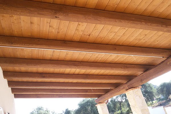 un tetto in legno visto da sotto