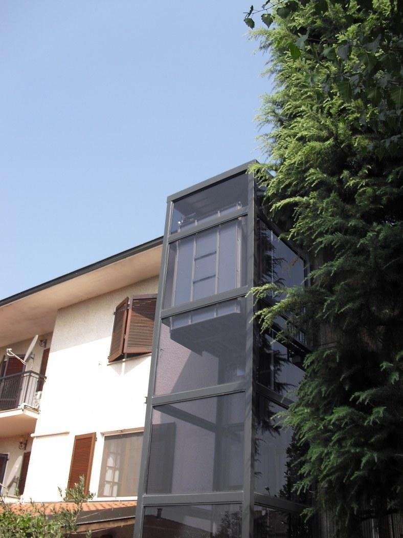 Elevatore automatico con struttura e vetro grigio