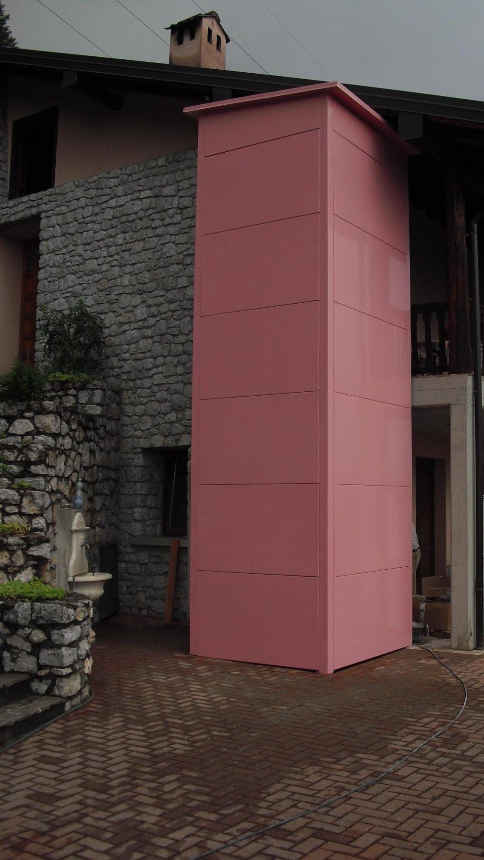 Elevatore automatico con struttura chiusa in lamiera verniciata