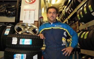 Reifenhändler mit Reifen
