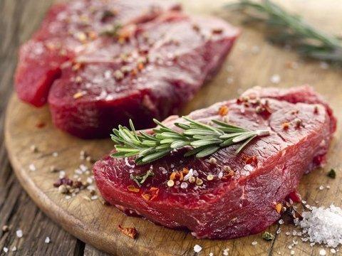 due filetti di carne rossa con rosmarino