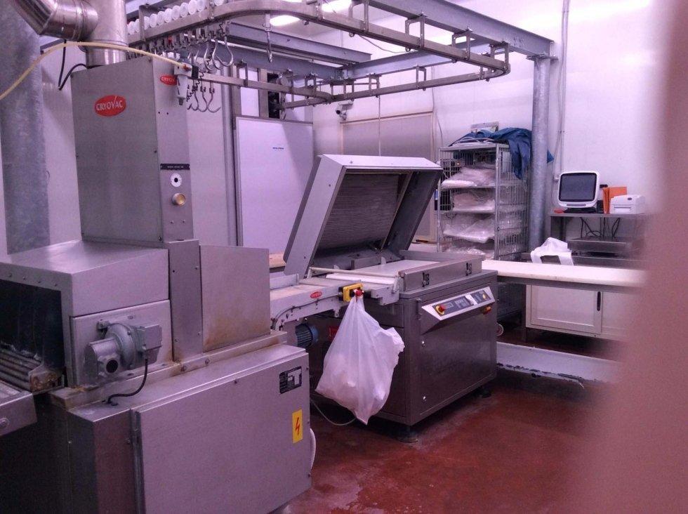 dei macchinari per il trattamento delle carni in un edificio