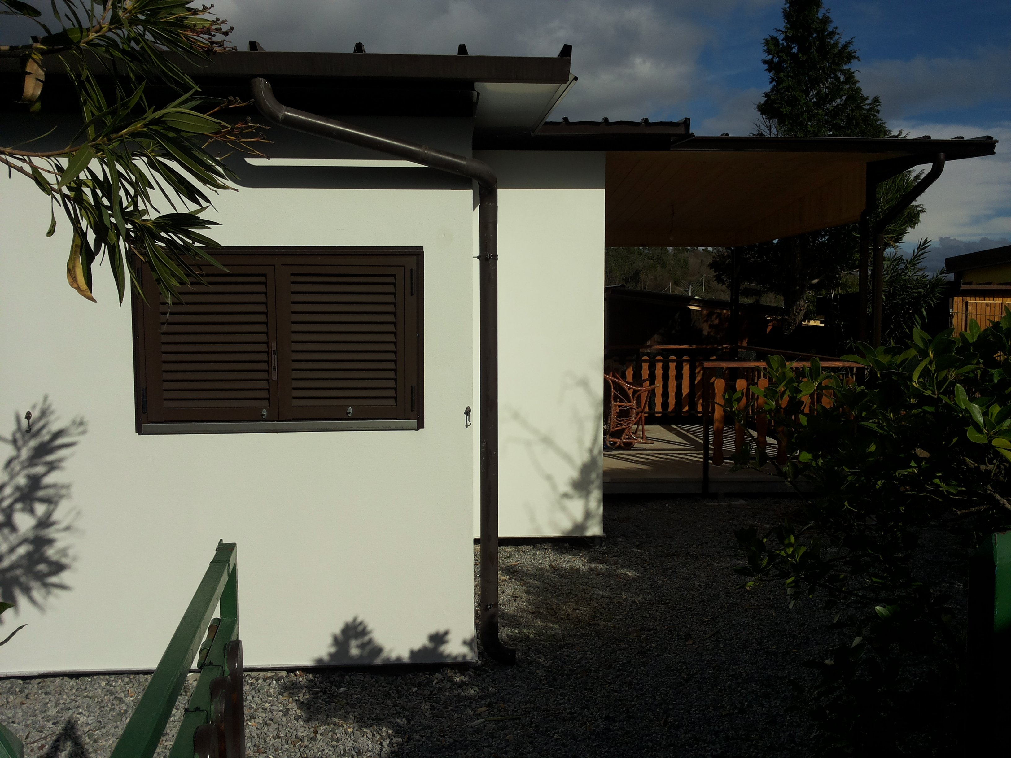 finestra marrone esterna del Bungalow