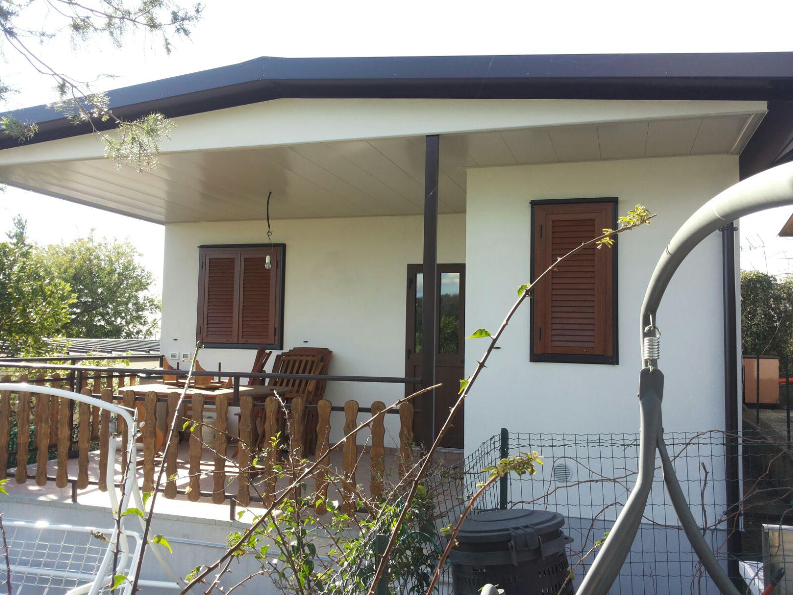 facciata esterna di un Bungalow di colore bianco