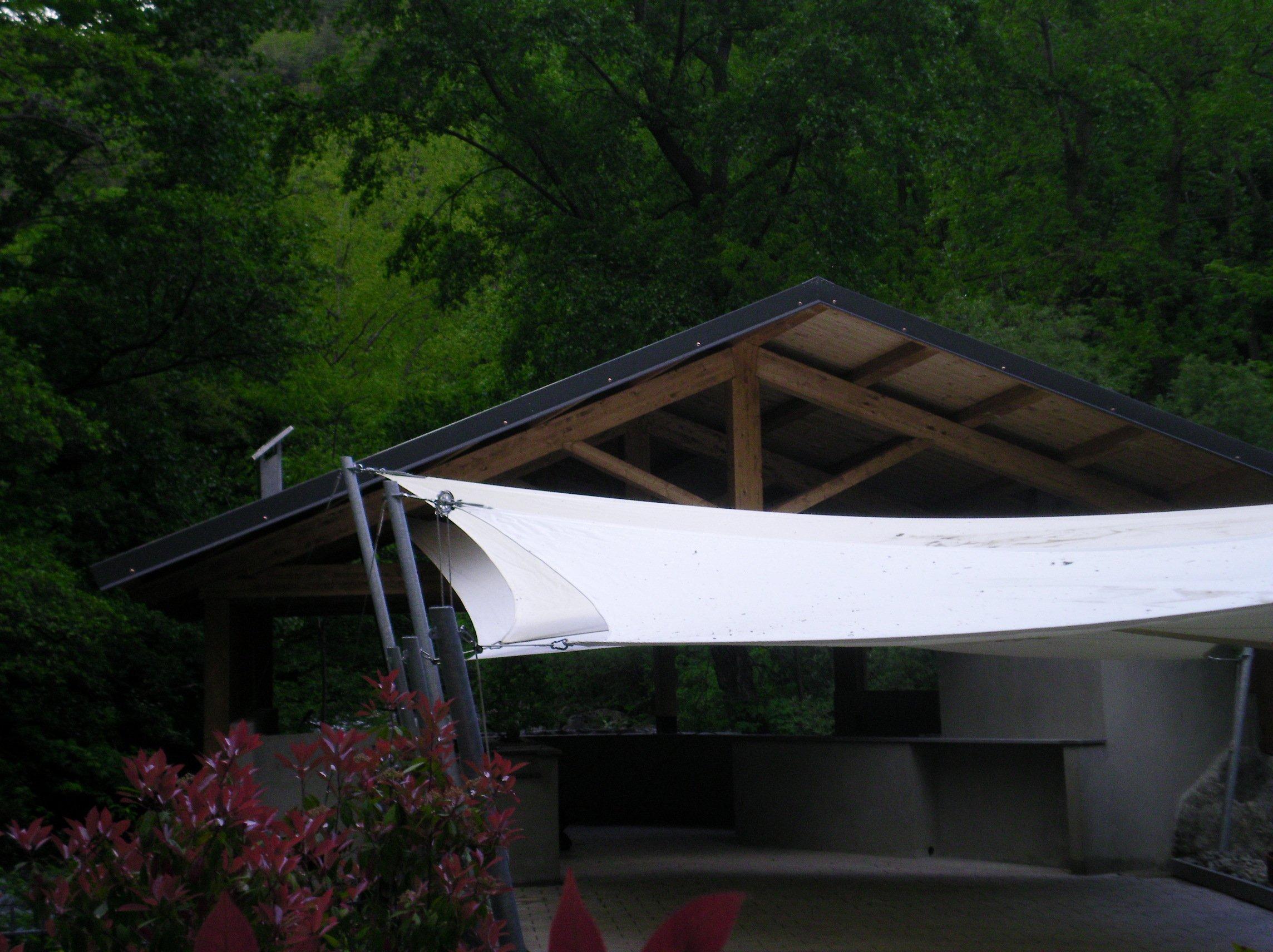 tetto in legno di casetta in mezzo la natura
