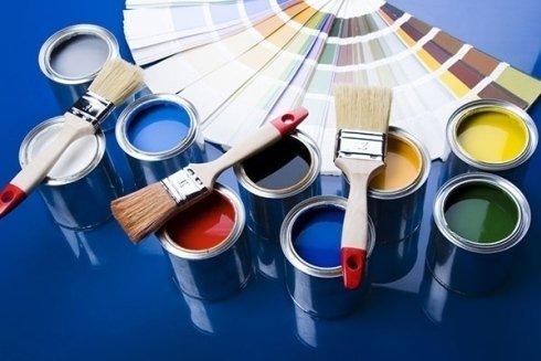 Il punto vendita fornisce pitture ad acqua di vari colori.