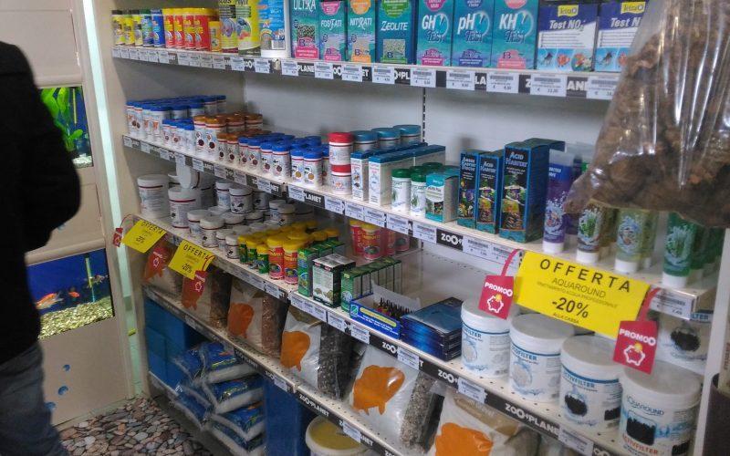 scaffale con prodotti per animali