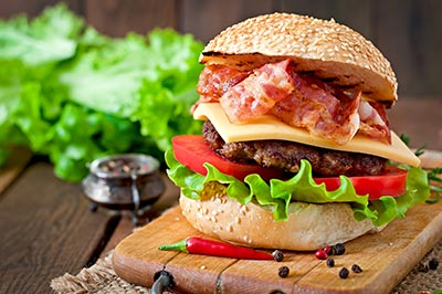 hamburger farcito su un tagliere