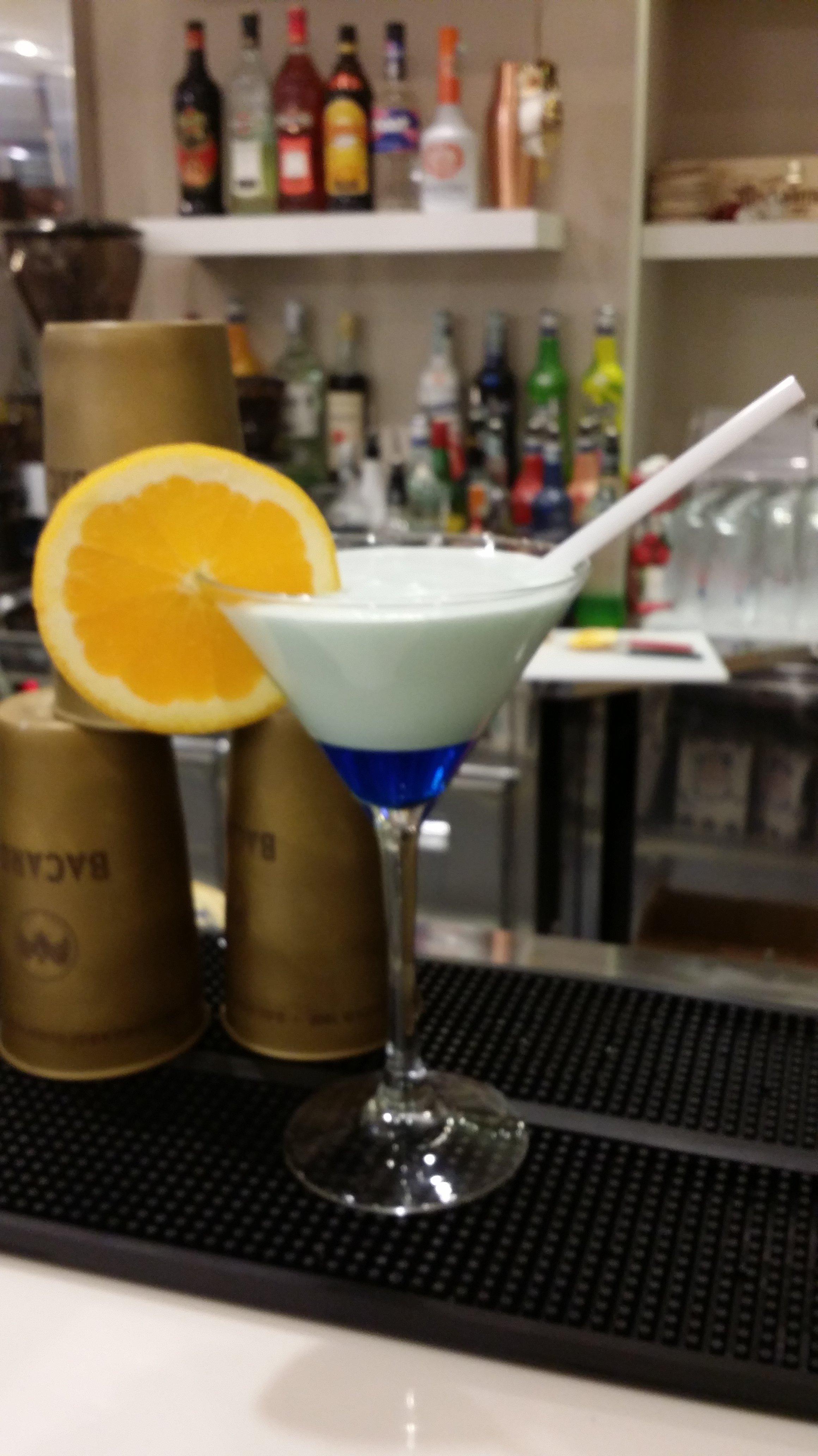 cocktail con spicchio di arancio