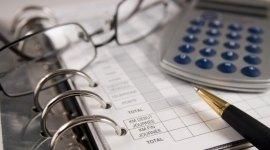 Pratiche burocratiche, calcolatrice, penna, qualità, servizio, fattura