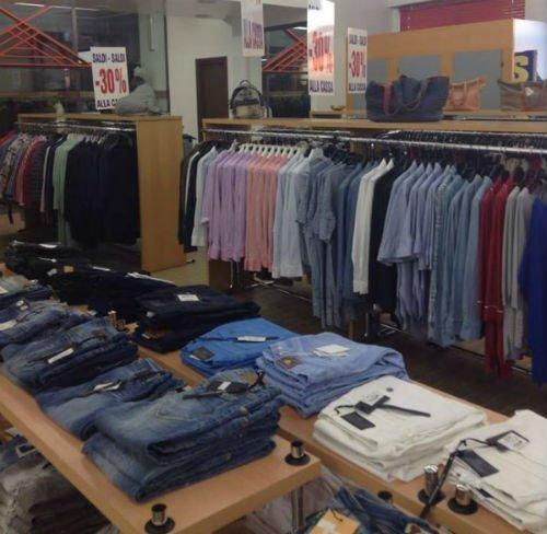 dei jeans e dell'abbigliamento esposto