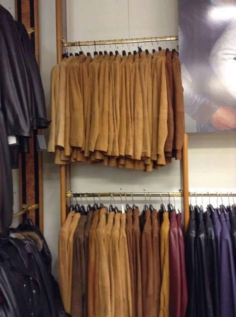 giacche di pelle di camoscio appese