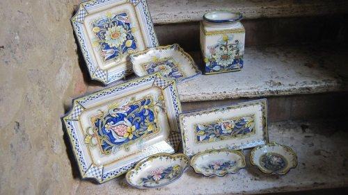 Dei vassoi in ceramica di diversi colori