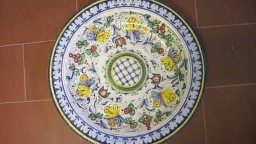 un piatto in ceramica di color blu, bianco e giallo