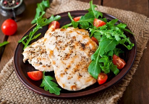 Piatto con petto di pollo e verdure d'accompagnamento