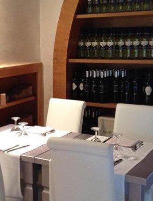 Sala da pranzo  con collezione di vini