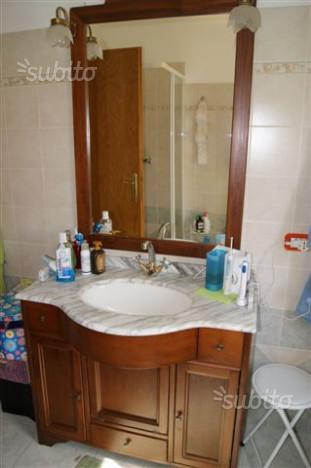 vista frontale di un lavabo in legno con specchio