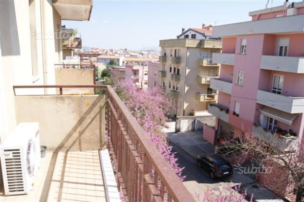 vista laterale di una terrazza di un condominio