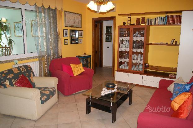 salotto con divani e mensole