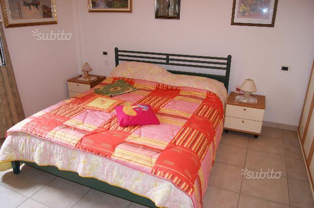 camera da letto con quadri appesi