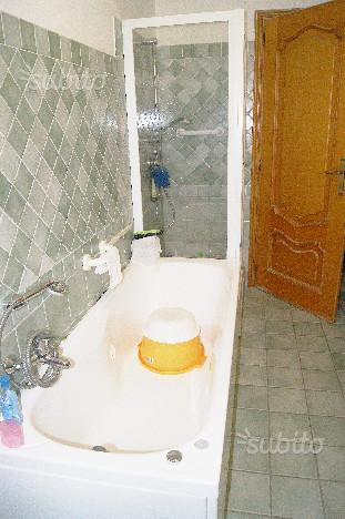 vasca da bagno e doccia