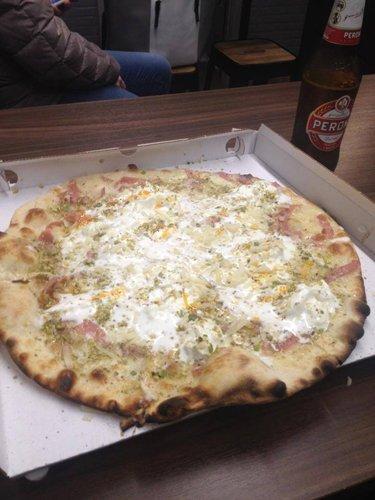 Pizza bianca, stracciatella a crudo, mortadella a straccetti, granella di pistacchio e scaglie di grana padano