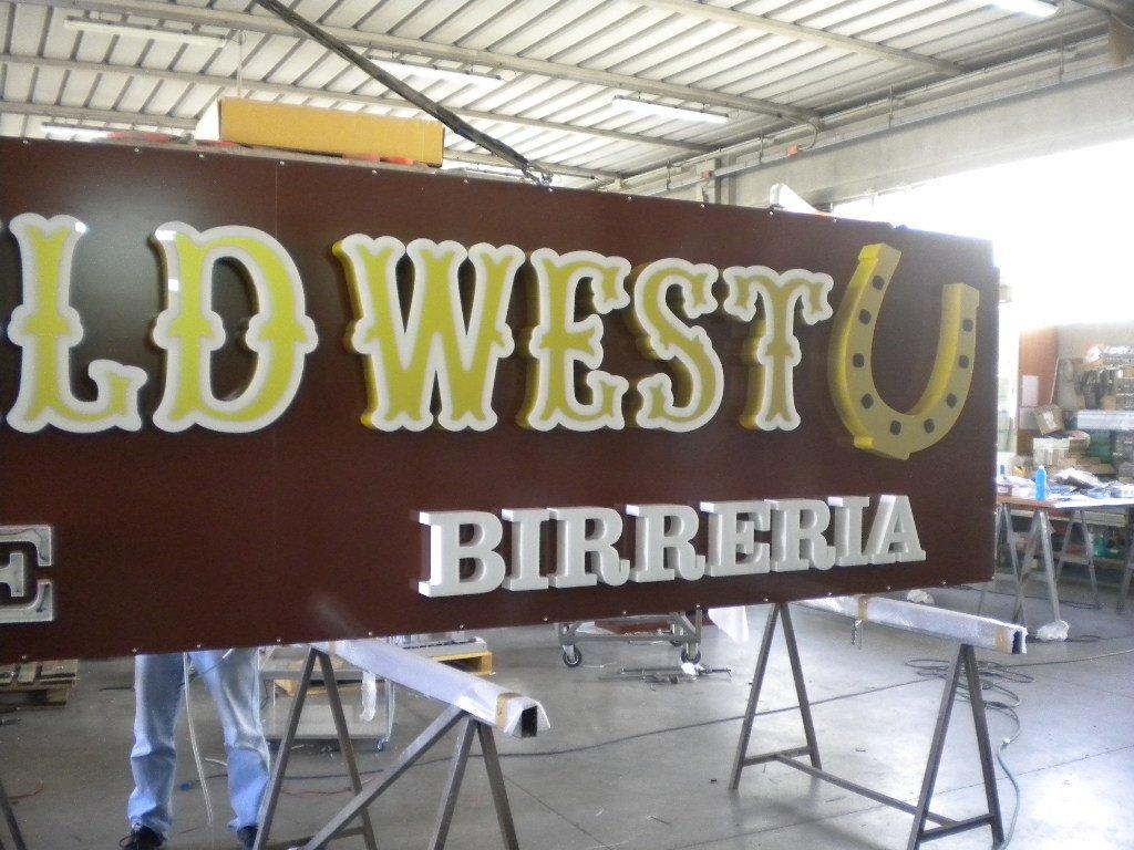 dettaglio cartellone old wild west birreria