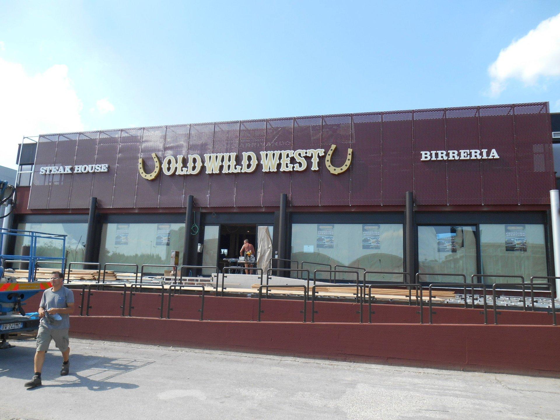 ristorante con insegna luminosa old wild west