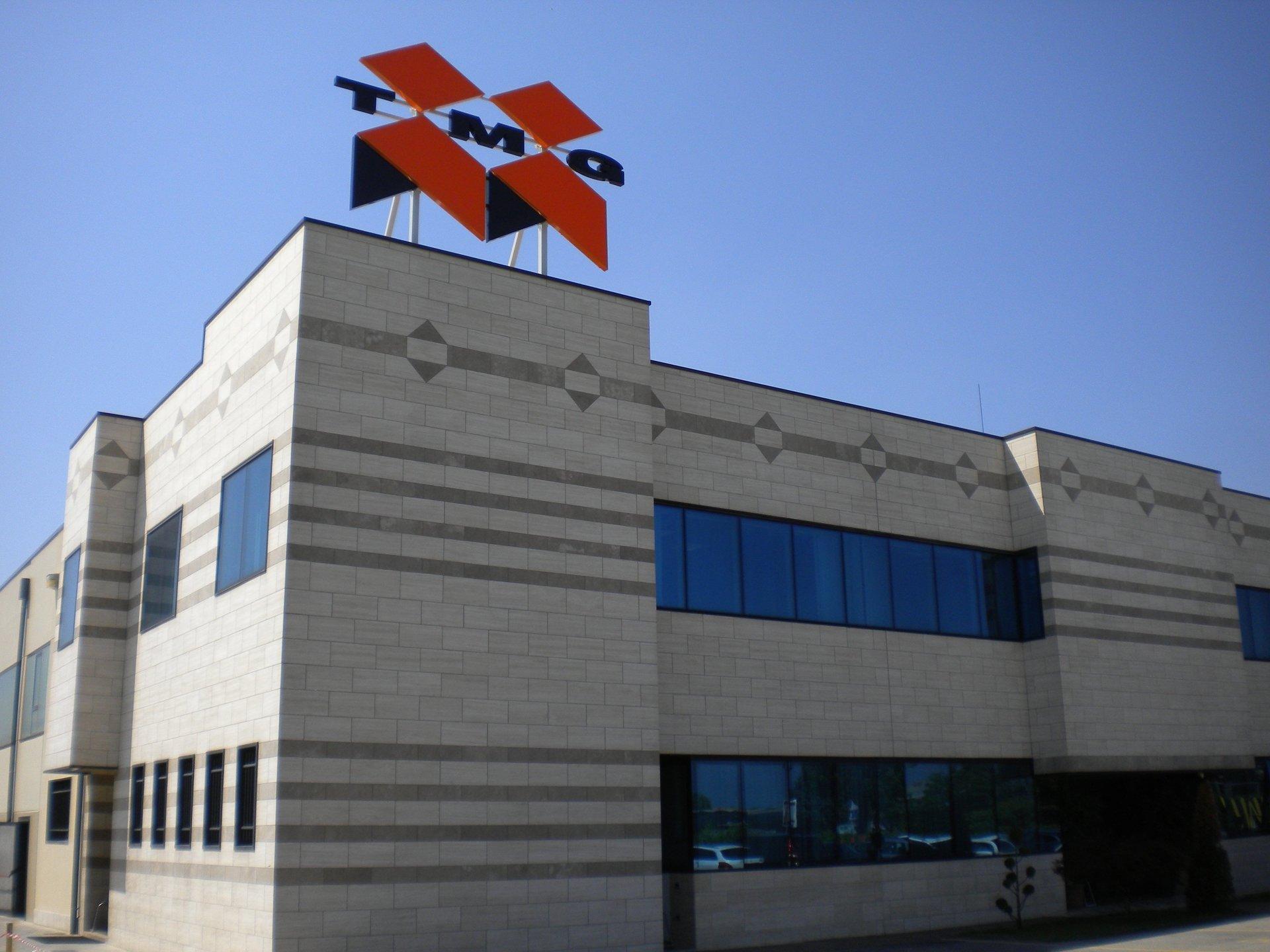 edificio con insegna luminosa tmq