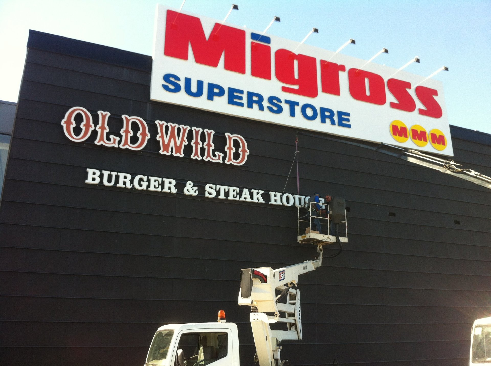 insegne di old wild west e migross superstore