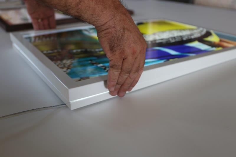 mani poggiano quadro luminoso su scrivania