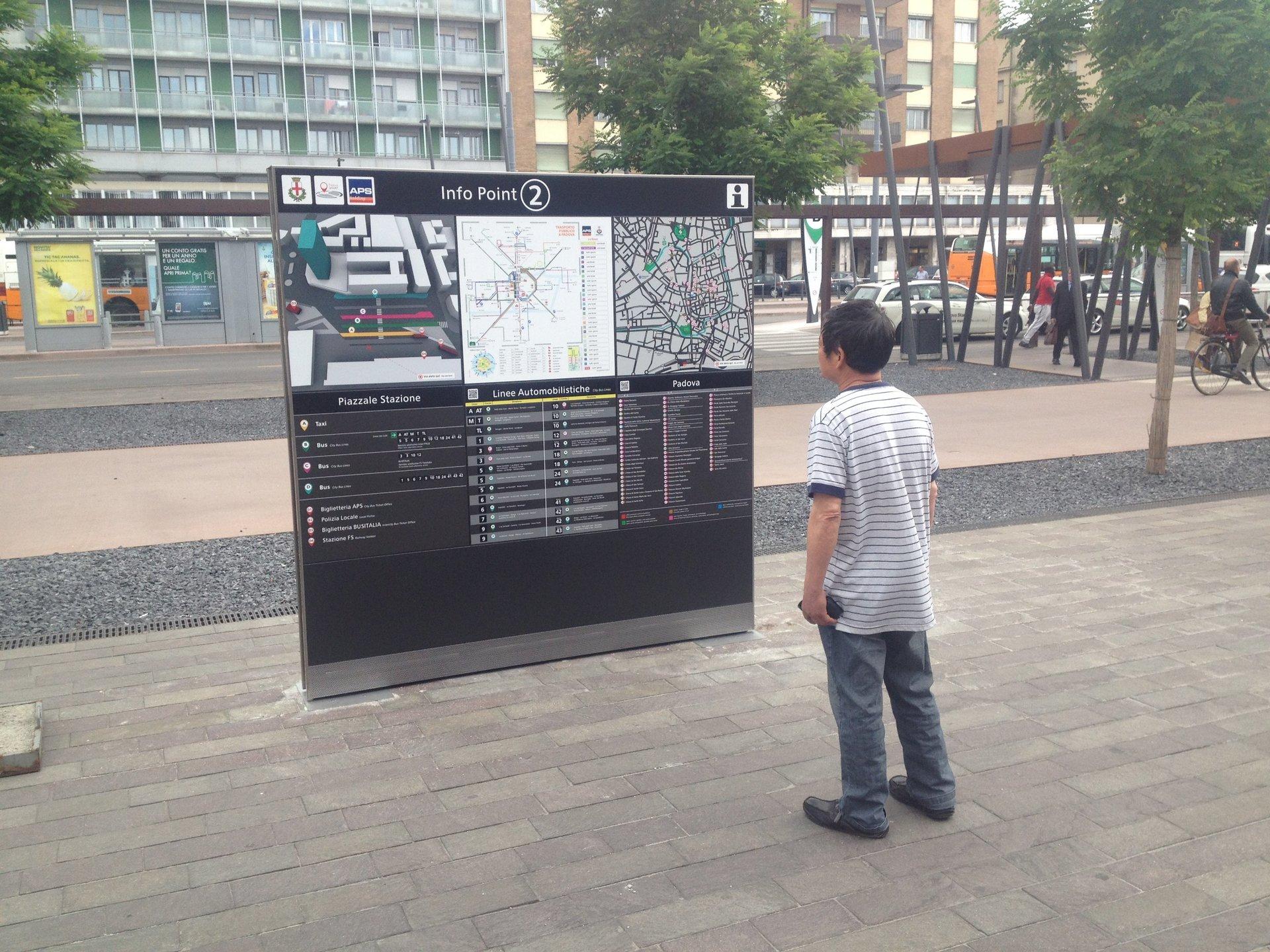 cartellone con mappa e indicazioni in una piazza