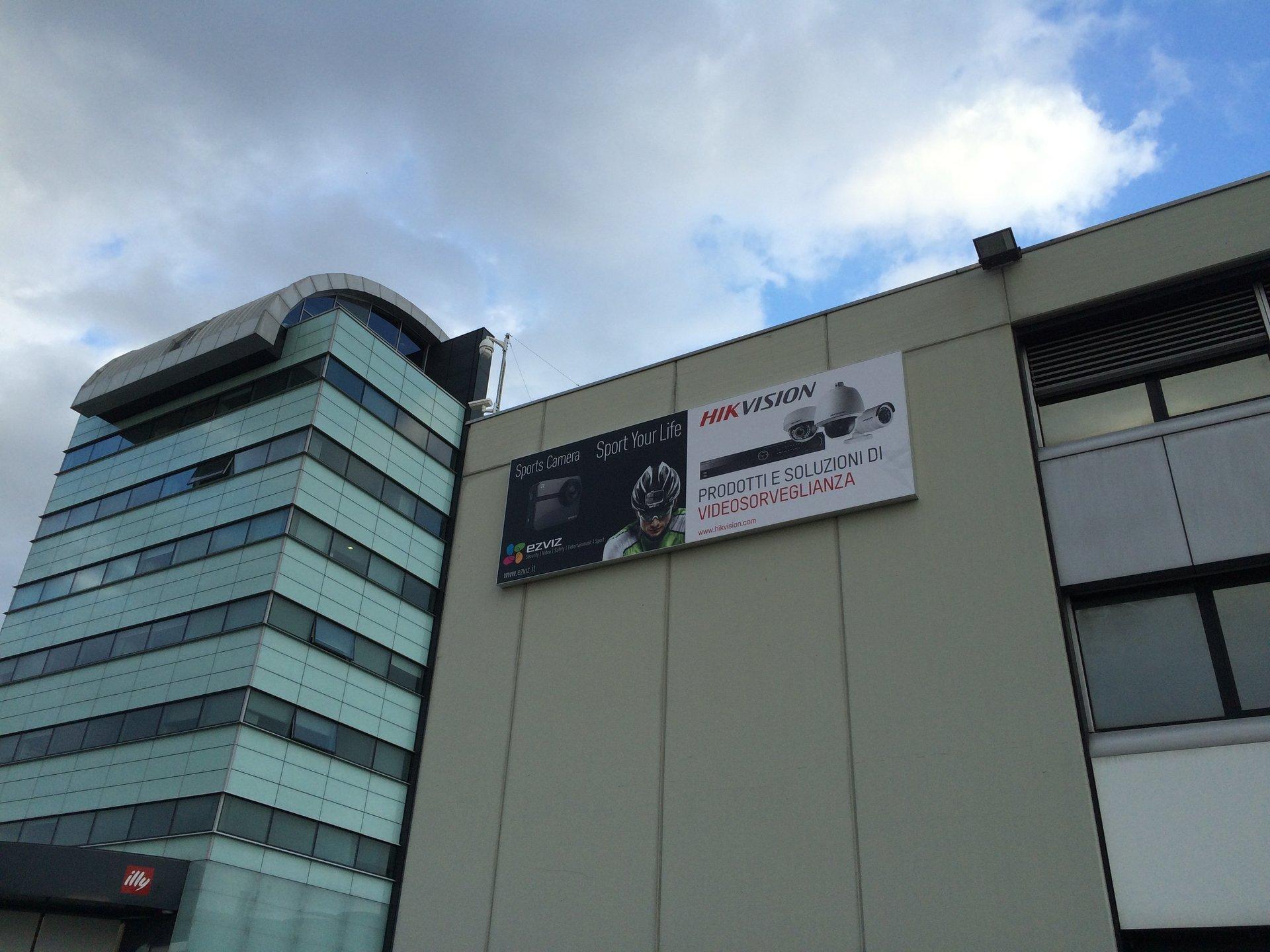 edificio con cartellone pubblicitario