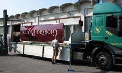 camion per la consegna di insegne
