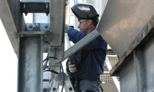 un operaio che lavora a un cartellone