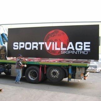 cartellone sportvillage su camion per trasporto