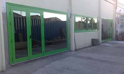 vetrate con porte scorrevoli e vetri rinforzati