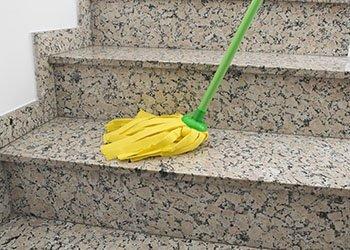 giovane addetta alle pulizie