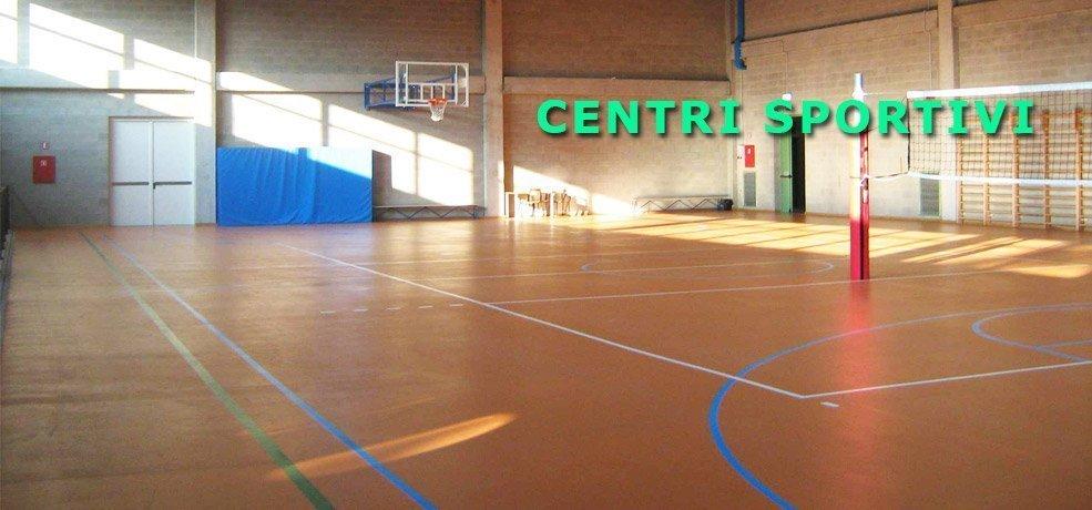 campo di basket al chiuso pulito