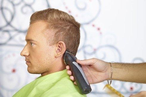 Taglio capelli con macchinetta