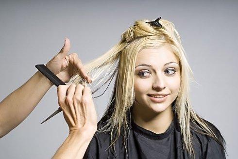 taglio di capelli biondi a una cliente