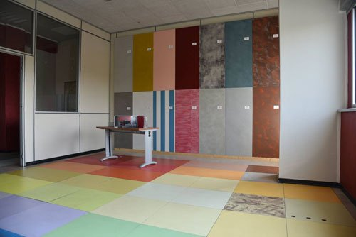 una stanza con piastrelle e muri di diversi colori