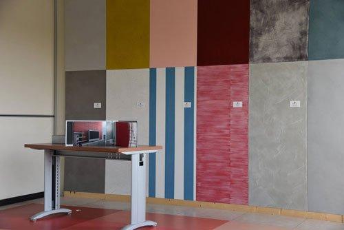 un tavolo e dei pannelli di diversi colori
