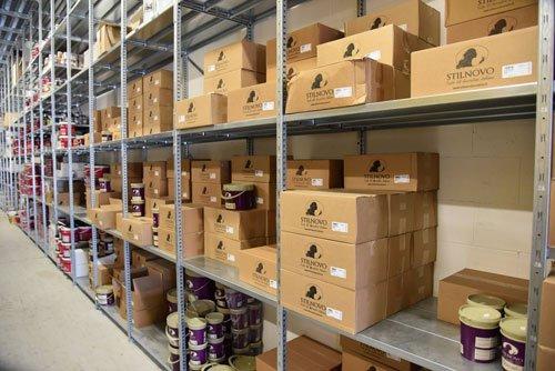 delle scatole di cartone negli scaffali